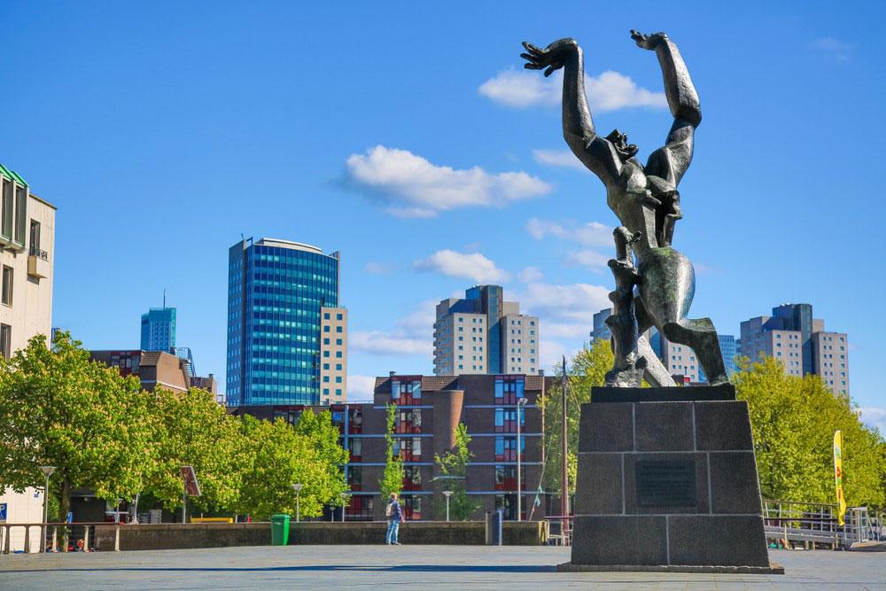 مجسمه شهر تخریب شده