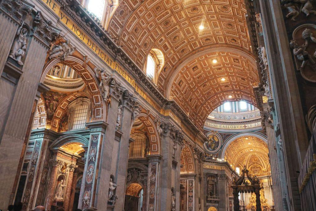 فضای داخلی کلیسای سن پیتر
