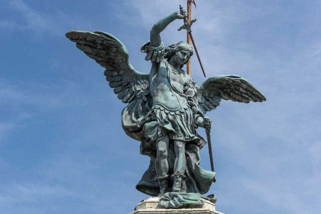 مجسمه فرشته مقدس میکائیل