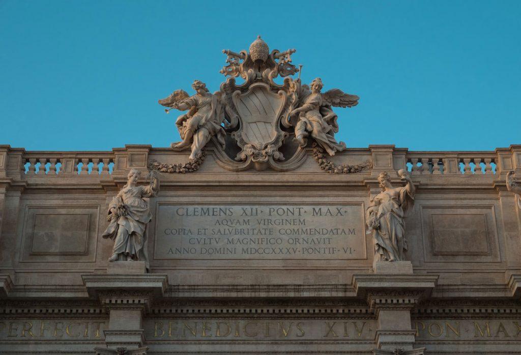 نشان پاپ و مجسمهها بر فراز فواره تروی
