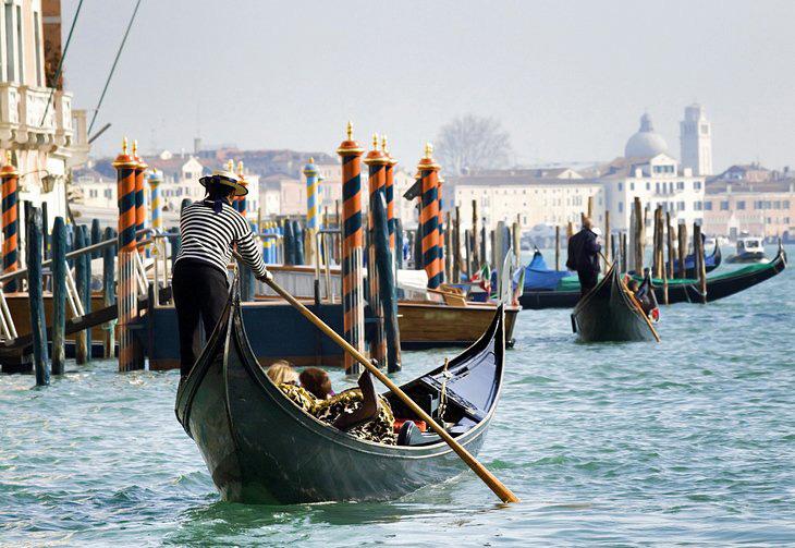 گوندولا سواری در ونیز - تفریحات مردم ایتالیا