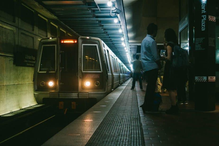 هنگامی که قطار در ایستگاه است، یکدیگر را نبوسید! - قوانین شهر پاریس